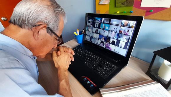BUENA SEÑAL. Ramón Calderón Bonet (78) ha aprendido a dominar la computadora para reunirse con su grupo de oración por Zoom y ver las misas por transmisiones de Facebook. Ello le ha permitido mantener su devoción intacta. (Patricia Calderón)