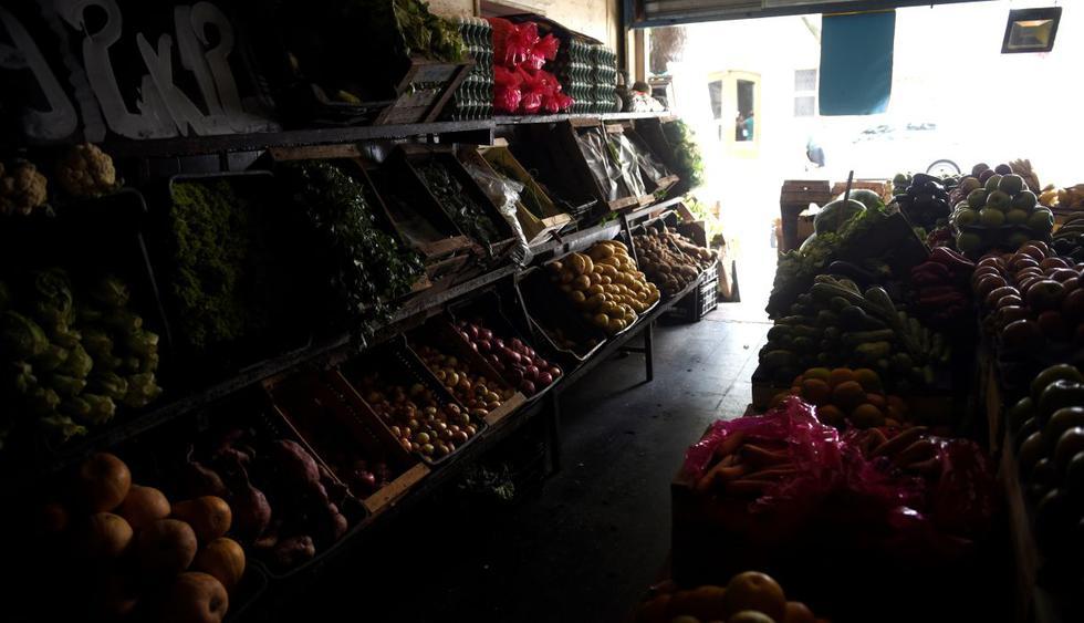 Una tienda en el Barrio de Villa de Parque, uno de los más afectados por los cortes de energía, este viernes, en Buenos Aires.  (EFE).