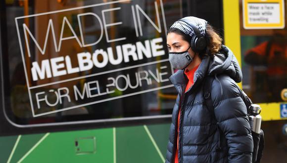 Una mujer que usa mascarilla se baja de un tranvía en Melbourne el 26 de mayo de 2021, mientras la segunda ciudad más grande de Australia lucha por contener un creciente brote de coronavirus Covid-19. (Foto de William WEST / AFP).