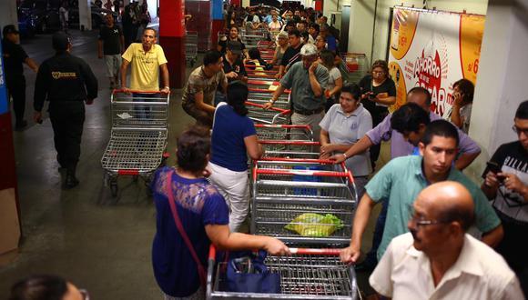 Un grupo de personas hace fila en un supermercado, durante la emergencia por el coronavirus. (Foto: Hugo Curotto).