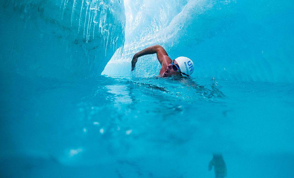 """Tras su hazaña, Lewis Pugh precisó que """"nadar bajo la capa de hielo antártica es el baño más hermoso y aterrador que he hecho"""". (Foto: Twitter @LewisPugh)"""