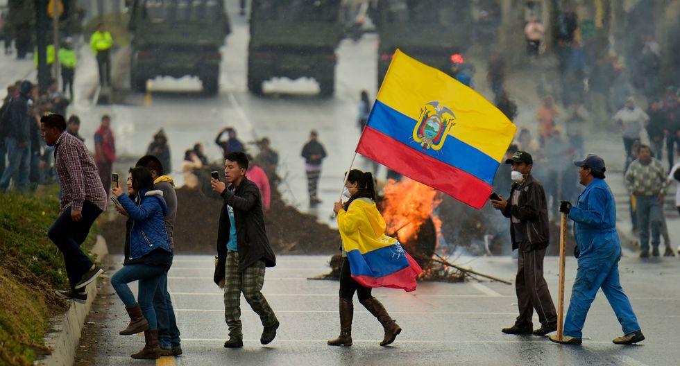 Indígenas y campesinos bloquean un camino mientras en Machachi, provincia de Pichincha, en las afueras de Quito. (AFP / RODRIGO BUENDIA).