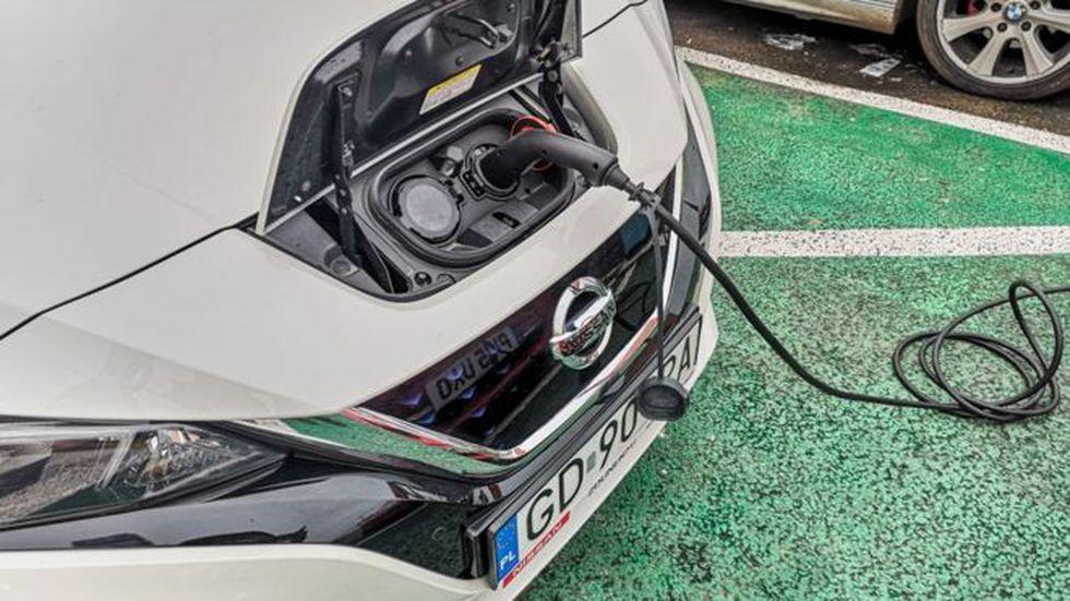 Cargar un auto eléctrico puede costar entre 45 minutos y 4 horas. (Foto: Getty)