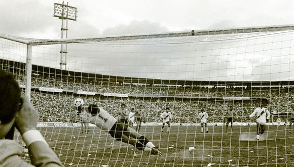 El 26 de julio de 1981, el 'Nene' Cubillas disputó su último partido de Eliminatorias. Fue en el Campín de Bogotá, donde Pedro Antonio Zape le atajó un penal. El duelo terminó 1-1. (Foto: PRENSMART).
