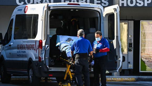 Paramédicos llevan a un paciente en camilla desde una ambulancia hasta el Hospital Coral Gables, en Florida, donde son tratados pacientes de coronavirus. (Foto de CHANDAN KHANNA / AFP).