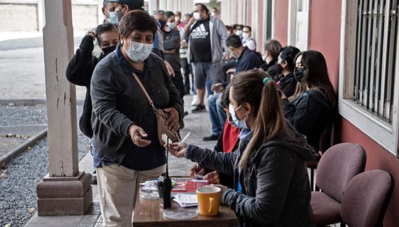 La gente espera su turno para vacunarse con la vacuna china CoronaVac contra COVID-19 en un centro de vacunación de Santiago. (Foto: AFP / Martin BERNETTI).