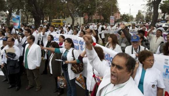 Médicos del Minsa evalúan ir a huelga indefinida