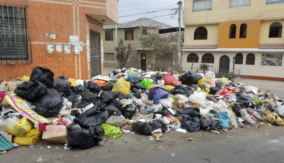 Las zonas donde los montículos de desperdicios se han apoderado de las calles son San Gabriel, Tablada de Lurín, los alrededores del terminal pesquero de Villa María del Triunfo y Pista Nueva. (WhatsApp El Comercio)