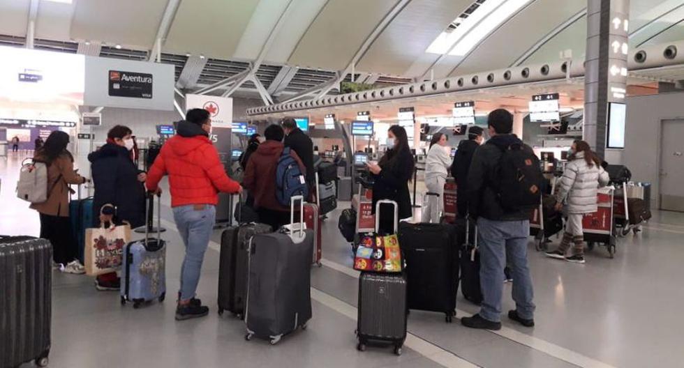 Un grupo de peruanos que pudo abordar el martes 24 de marzo un vuelo a Lima desde Toronto, Canadá. (Foto: Cecilia Morales / Cortesía para El Comercio)