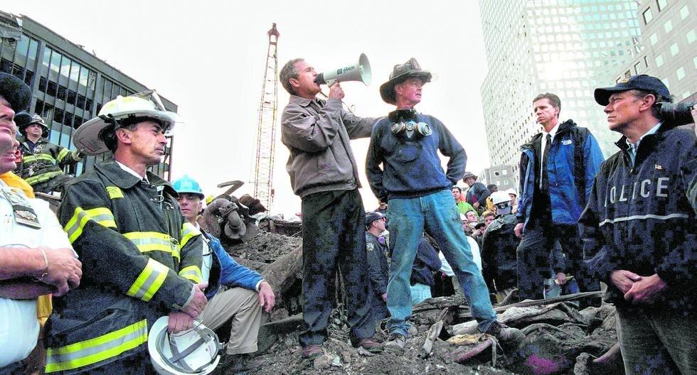 El presidente George W. Bush visitó los escombros en Manhattan el 14 de setiembre del 2001, rodeado por bomberos y rescatistas.  (Photo by Eric Draper/White House/Getty Images)