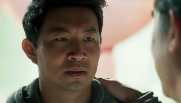 El actor canadiense Simu Liu interpreta al protagonista Shang-Chi, un héroe también conocido como el 'Maestro del Kung Fu'. En los cómics, Shang-Chi es hijo del villano Fu Manchu, pero en el Universo Cinematográfico de Marvel lo han cambiado para ser el hijo de Wenwu, también conocido como el Mandarín. Lo que se mantiene es su habilidad para las artes marciales, entrenadas como su contraparte en los cómics para servir como asesino en la organización criminal de su padre. (Fuente: Marvel Studios)