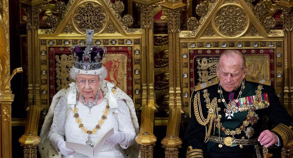 La reina Isabel II de Gran Bretaña se sienta junto a su esposo, el príncipe Felipe, duque de Edimburgo, mientras pronuncia el discurso de la reina durante la apertura estatal del Parlamento en Londres el 18 de mayo de 2016. (JUSTIN TALLIS / POOL / AFP).