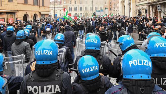 Los manifestantes se enfrentan a una línea de agentes de la policía antidisturbios el 12 de abril de 2021 en la Piazza San Silvestro en el centro de Roma, Italia. (Foto de Andreas SOLARO / AFP).