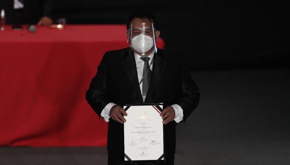 José Luna Gálvez, quien cumple arresto domiciliario, acudió a recibir sus credenciales tras autorización del juez (Foto: César Campos/Grupo El Comercio)