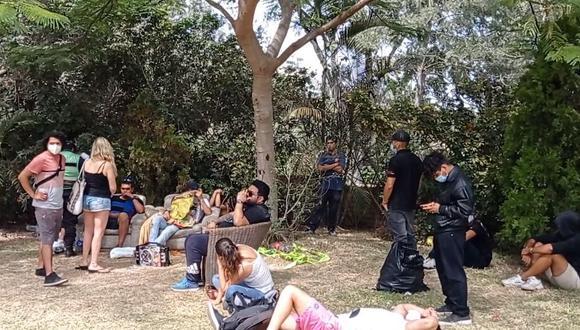 César Coloma, gerente de Seguridad Ciudadana de Surco sostuvo que también había varias bolsas con botellas con agua y cervezas. (Foto: Municipalidad de Surco)