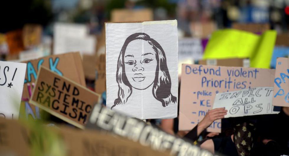 Los manifestantes marchan con pancartas y un retrato de Breonna Taylor durante una manifestación contra el racismo y la brutalidad policial, en Hollywood, California. (Foto: Archivo / Agustin PAULLIER / AFP).