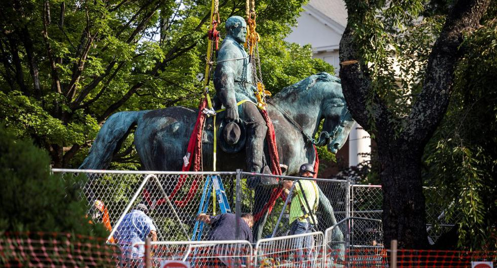 They remove another controversial statue from the Confederate army in Virginia