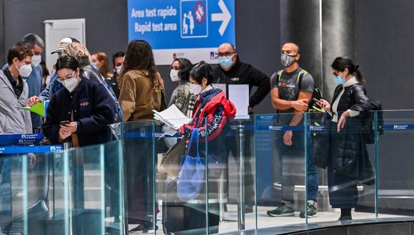 Imagen referencial. Pasajeros esperan en la fila mientras se preparan para someterse a una prueba rápida de coronavirus en el aeropuerto Fiumicino de Roma, Italia, el 9 de diciembre de 2020. (ANDREAS SOLARO / AFP).