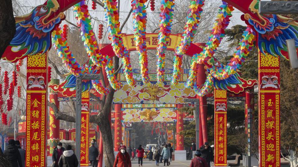 La fiesta más festiva de China comenzó a la sombra de un nuevo virus preocupante el sábado. el número de muertos superó los 40, un bloqueo sin precedentes evitó que 36 millones de personas viajaran y las autoridades cancelaron una serie de eventos del Año Nuevo Lunar.  (Foto: AP).