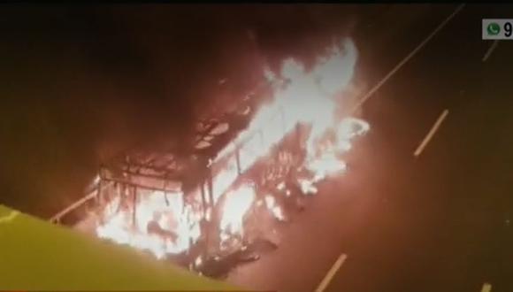 Bomberos controlaron el incendio en bus en 10 minutos. (Captura: América Noticias)