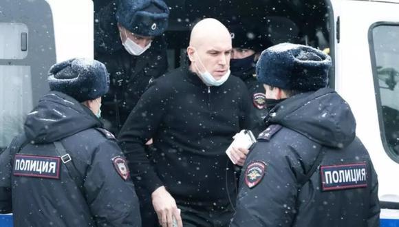 Un hombre parado cerca de un autobús de la Policía después de ser detenido en Moscú, Rusia. (Foto: AP/Victor Berezkin).