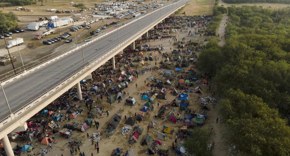 Migrantes, muchos de Haití, son vistos en un campamento a lo largo del Puente Internacional Del Rio, cerca del Río Grande, el martes 21 de septiembre de 2021, en Del Rio, Texas. (Foto AP / Julio Cortez).