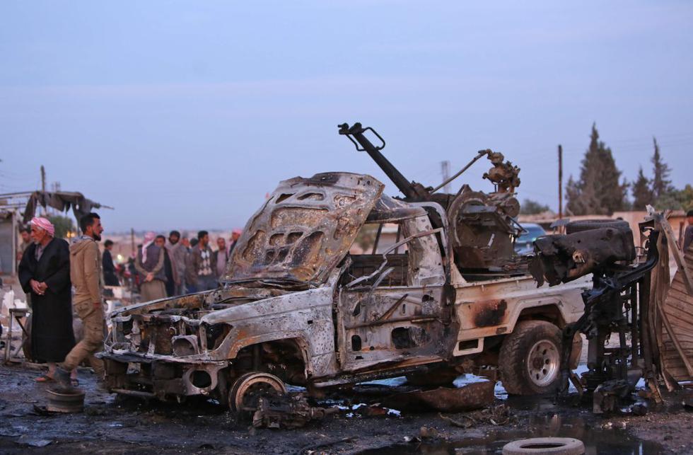 Vehículo destruido después de un ataque con coche bomba en un mercado local en la ciudad kurda siria de Tel Hal, en la frontera con Turquía. (Foto: AFP)