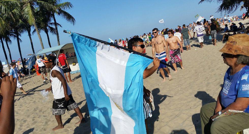 'Maradona', el 'Papa Francisco' y miles alientan a Argentina - 7