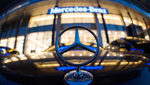 Un símbolo de Mercedes se muestra frente a la oficina de Mercedes-Benz en Shanghai el 5 de agosto de 2014. (Foto de JOHANNES EISELE / AFP).