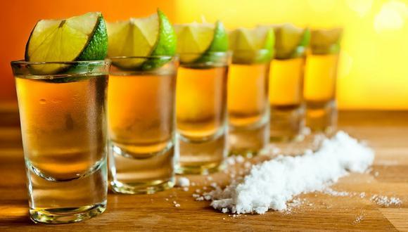 El tequila es una bebida alcohólica que se acompaña con limón y sal en la mayoría de ocasiones.