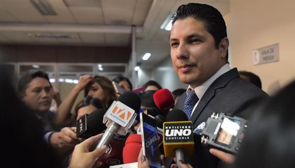 El exdiputado Fernando Balda habla con la prensa luego de la suspensión de la audiencia para pronunciarse sobre si iniciar un proceso contra el expresidente ecuatoriano Rafael Correa por su presunta participación en el secuestro de Balda, en la Audiencia Nacional de Justicia el 18 de setiembre de 2018 en Quito. (Foto: Rodrigo Buendia / AFP)