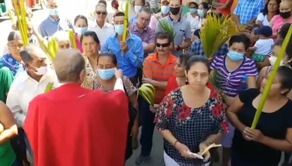 Un sacerdote de Honduras pidió perdón el lunes por haber arrancado, un día antes, el cubrebocas del rostro al menos a dos feligreses. (Captura de video).