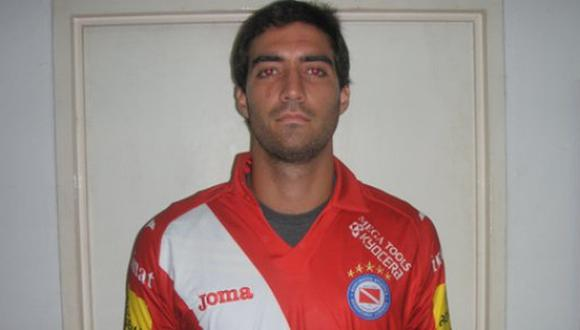 Gianmarco Gambetta posó con la camiseta de Argentinos Juniors