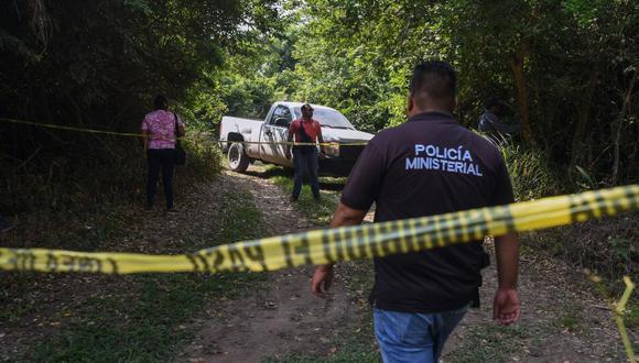Miembros de la Policía Ministerial acordonan el sitio donde se encontró el cuerpo del alcalde del municipio mexicano de Jamapa, Florisel Ríos Delfín, en Ixcoatl, el 11 de noviembre de 2020. (Foto de VICTORIA RAZO / AFP).