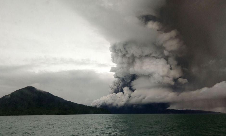 Indonesia eleva la alerta por erupciones en el volcán Anak Krakatoa tras el tsunami. (AFP).