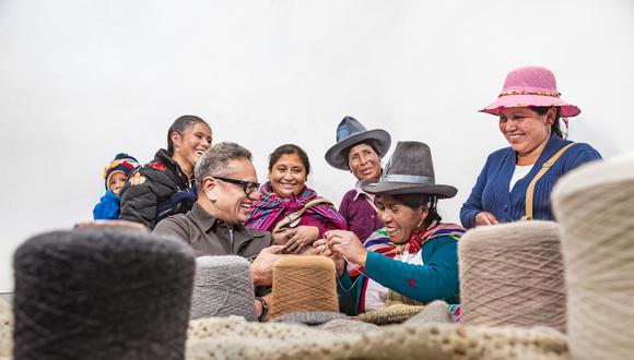 El diseñador indio afincado en Nueva York Naeem Khan visitó el taller textil Tejiendo Esperanza, que da trabajo a una veintena de mujeres en el distrito de Mancos (Yungay). Fotos: Fidel Carrillo
