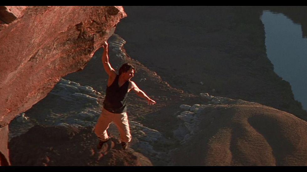 """En """"Misión imposible 2 """" Ethan Hunt (Tom Cruise) es advertido de que su amigo Vladimir Nekhorvich, bioquímico, ha sido asesinado por alguien con la apariencia del propio Hunt."""