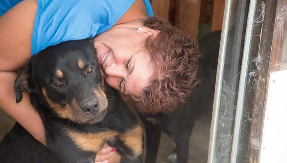 """""""A los 60 años, me retiro"""", asegura Yamile, quien desea que todos los perros del 'Hogar de Tiwi' encuentren un hogar antes de ese día."""