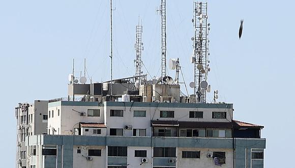 Una bomba golpea la Torre Jala durante un ataque aéreo israelí en la ciudad de Gaza. (Foto de Mahmud Hams / AFP).