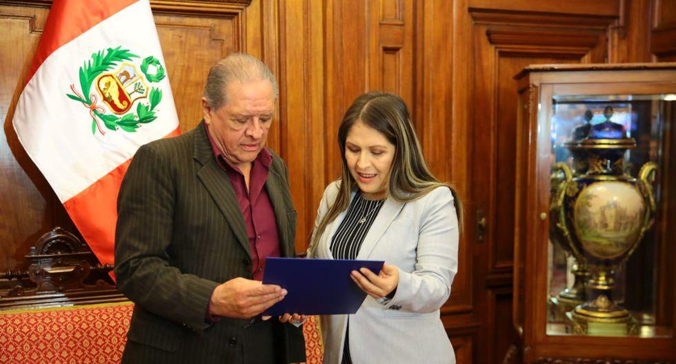La ex tercera vicepresidenta del Congreso, Yeni Vilcatoma, entrega un diploma de reconocimiento al guitarrista ayacuchano Walter Humala Lema, conocido como 'El Heraldo Serrano'. (Foto: Congreso)