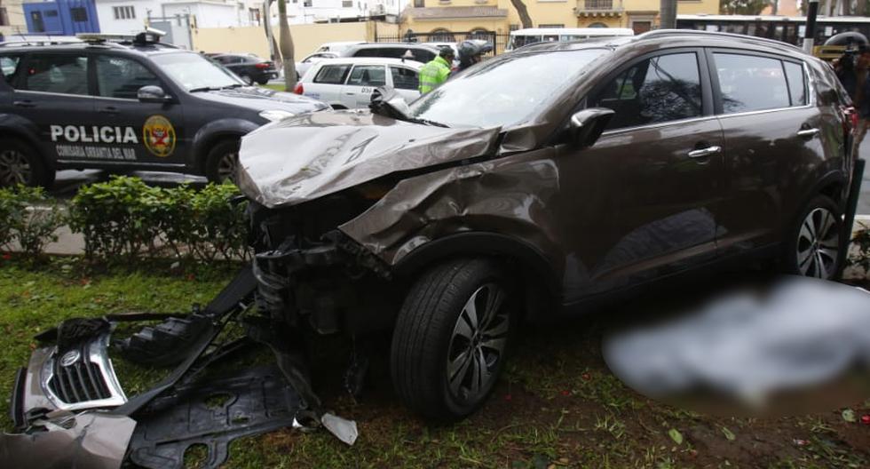 El despiste de una camioneta en San Isidro dejó dos muertos y cuatro heridos en la mañana del viernes. (Foto: Cesar Grados/GEC)