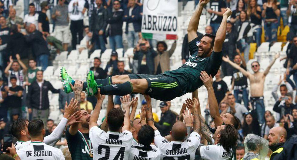 Gianluigi Buffon siendo alzado con honores por sus compañeros en pleno campo de juego. (Foto: AFP)