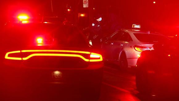 La policía detiene un vehículo mientras hace cumplir un toque de queda nocturno impuesto por el gobierno de Québec para ayudar a frenar la propagación de la pandemia de coronavirus en Canadá. (REUTERS / Christinne Muschi).