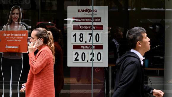 Hoy el dólar cotizaba a 19,7710 pesos en México, con una ganancia del 0.69%. (Foto: AFP)