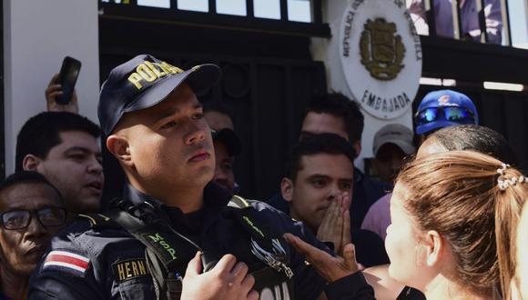 Costa Rica deplora ingreso de diplomáticos de Guaidó a Embajada de Venezuela. (AP)