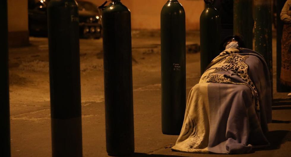 Personas pasaron la noche haciendo cola para adquirir oxígeno medicinal. (Foto: Britanie Arroyo  / GEC)