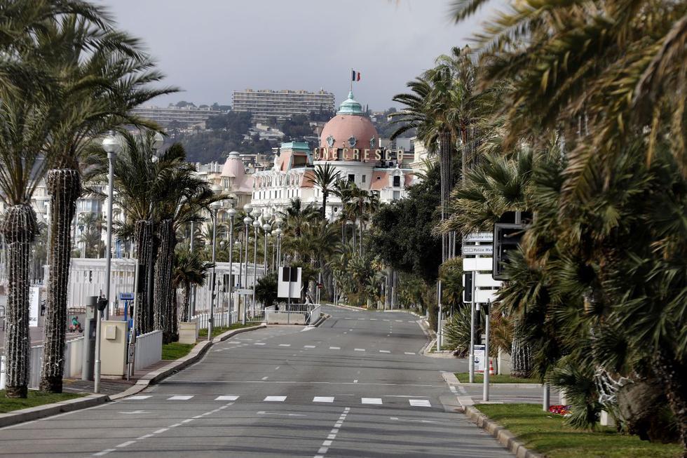Niza amaneció este sábado con sus turísticas calles desiertas, lejos del bullicio de la reputada Riviera Francesa, y con sus habitantes resignados a pasar un primer fin de semana confinados para frenar un repunte de casos de COVID-19. (Texto: AFP / Foto: EFE).