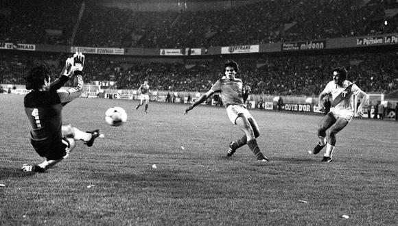 Remate cruzado de Oblitas, tras una gran jugada colectiva, para el gol peruano. (Foto: Archivo Histórico de El Comercio)