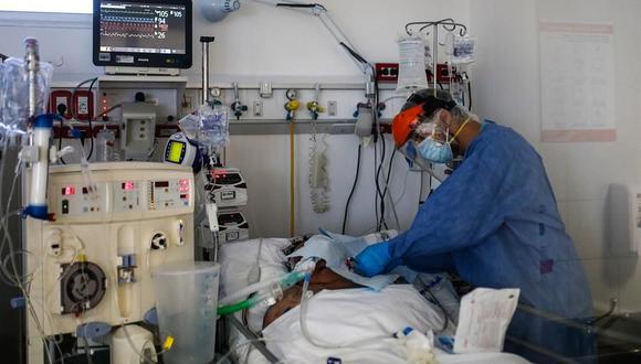 Personal médico realiza controles de rutina a pacientes de coronavirus covid-19, en Buenos Aires, Argentina. (EFE/Juan Ignacio Roncoroni).