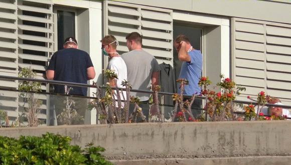 Un grupo de personas usa máscaras quirúrgicas en el balcón de un hospital en la remota isla de La Gomera, donde se confirmó el primer caso de coronavirus en España. (Reuters).